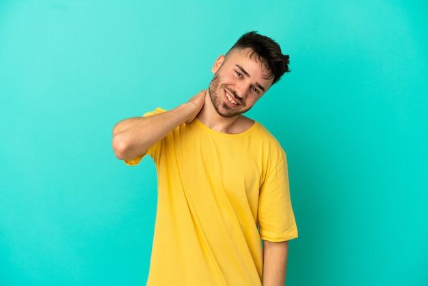 Junger kaukasischer mann auf blauem hintergrund lachend isoliert