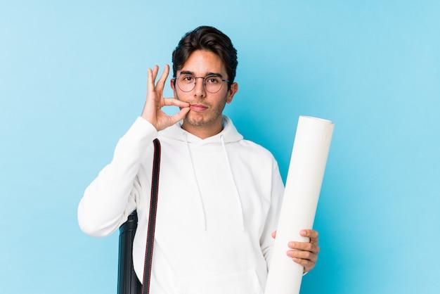 Junger kaukasischer mann, der die architektur lokalisiert mit den fingern auf den lippen hält ein geheimnis studiert.