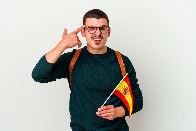 Junger kaukasischer mann, der englisch studiert, lokalisiert auf weißem hintergrund, der eine enttäuschungsgeste mit zeigefinger zeigt.