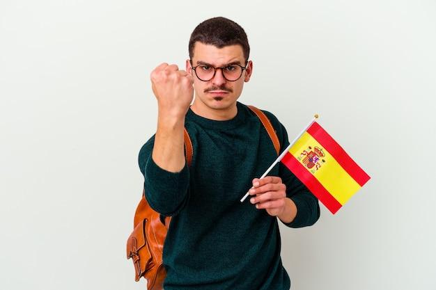 Junger kaukasischer mann, der englisch studiert, lokalisiert auf weißem hintergrund, der faust zur kamera, aggressiven gesichtsausdruck zeigt.
