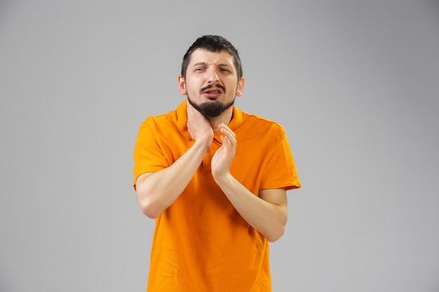Junger kaukasischer mann leidet an halsschmerzen