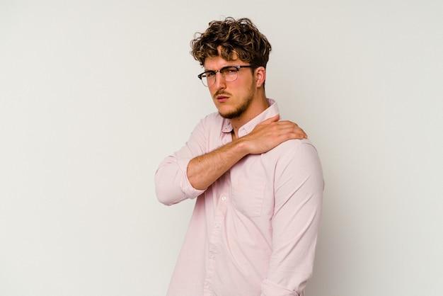 Junger kaukasischer mann lokalisiert auf weißem hintergrund mit schulterschmerzen.