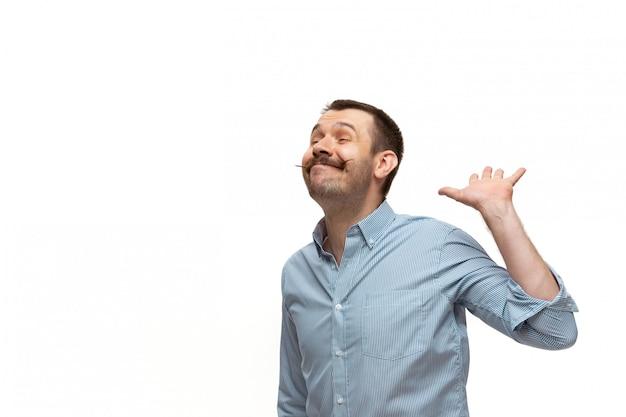 Junger kaukasischer mann mit lustigen, ungewöhnlichen populären emotionen und gesten lokalisiert auf weiß