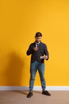 Junger kaukasischer mann mit smartphone, leibeigenschaft, chatten, wetten.