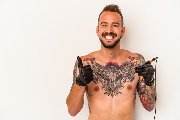 Junger kaukasischer mann ohne t-shirt isoliert auf weißem hintergrund lächelnd und daumen hoch
