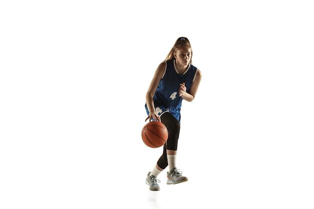 Junger kaukasischer weiblicher basketballspieler des teams in aktion, bewegung im lauf lokalisiert auf weißem hintergrund.