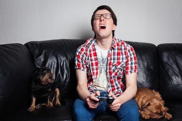 Junger kerl, der videospiele spielt.
