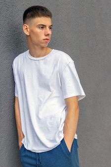 Junger kerl lief gegen graue betonmauer auf den straßen-lifestyle-jugendtrends lgbt-themen