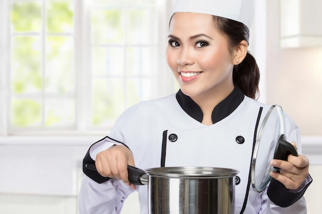 Junger koch, der kocht