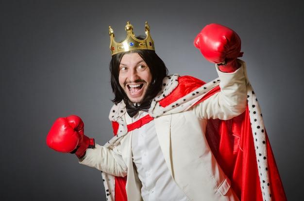 Junger königgeschäftsmann im königlichen konzept
