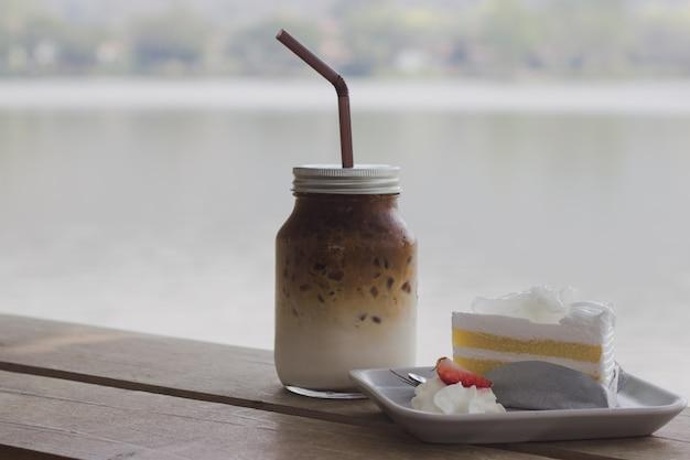 Junger kokosnusskuchen und -kaffee