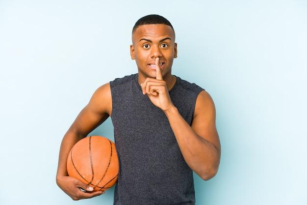 Junger kolumbianischer mann, der basketball spielt, isoliert ein geheimnis hält oder um stille bittet