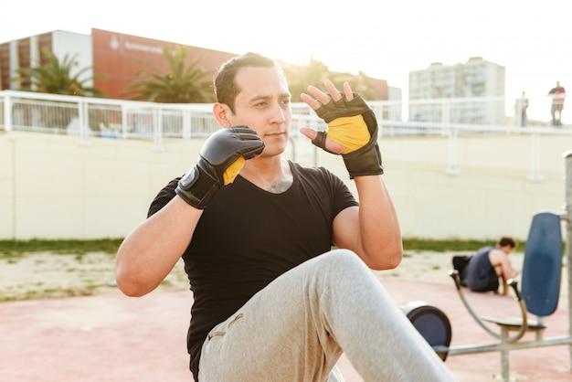Junger konzentrierter starker sportmannboxer