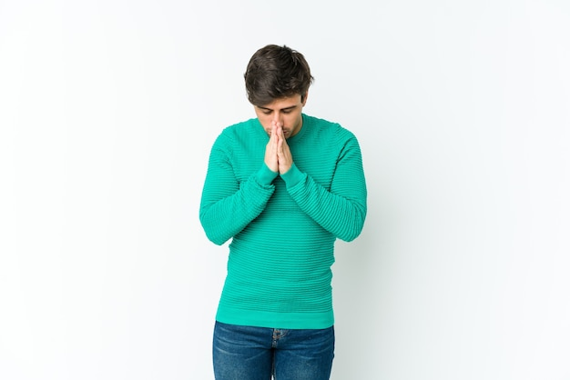 Junger kühler mann, der betet und hingabe zeigt, religiöse person, die nach göttlicher inspiration sucht