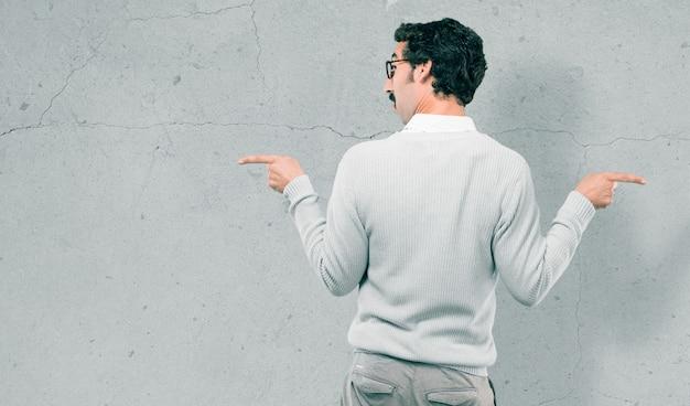 Junger kühler mann gegen zementwand