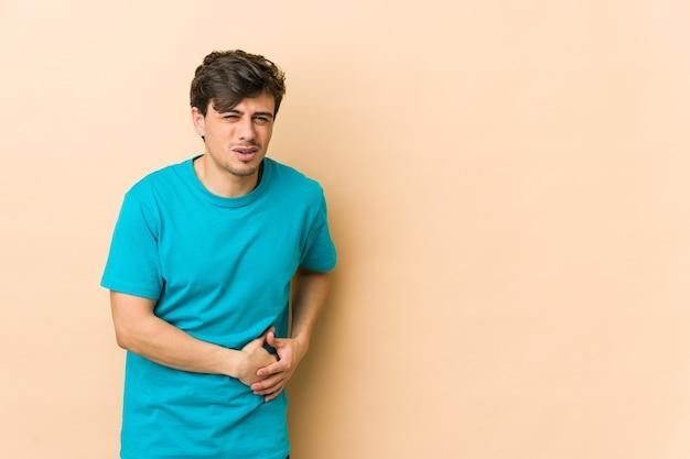 Junger kühler mann mit leberschmerzen, bauchschmerzen