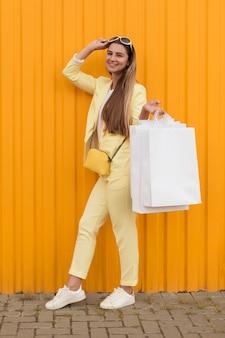 Junger kunde, der gelbe kleidung lange schuss trägt
