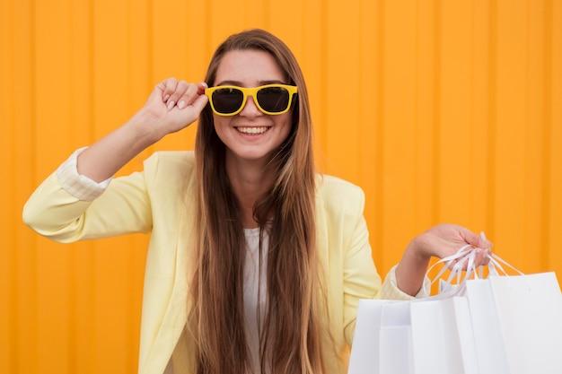 Junger kunde, der gelbe kleidung mittlerer schuss trägt