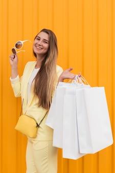 Junger kunde, der gelbe kleidung und sonnenbrille trägt