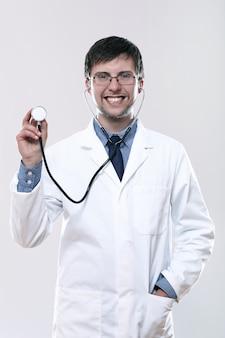 Junger lächelnder arzt mit stethoskop