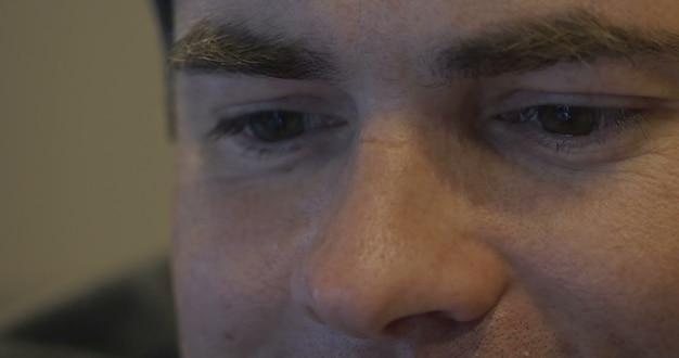 Junger lächelnder mann mit einem videoanruf auf dem handy