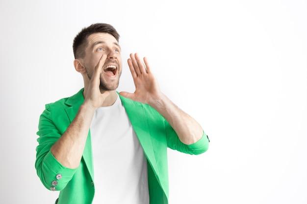 Junger lässiger mann, der schreit