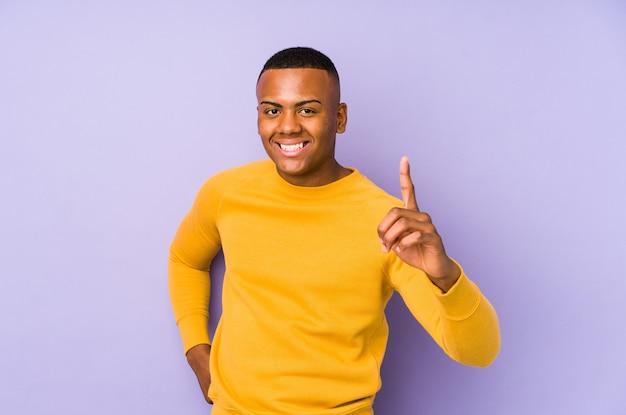 Junger lateinamerikanischer mann lokalisiert auf purpur, der eine idee, inspirationskonzept hat.