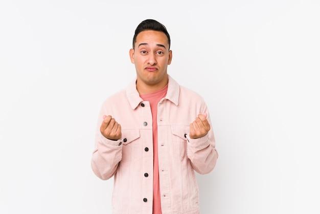 Junger lateinamerikanischer mann posiert isoliert und zeigt, dass sie kein geld hat.