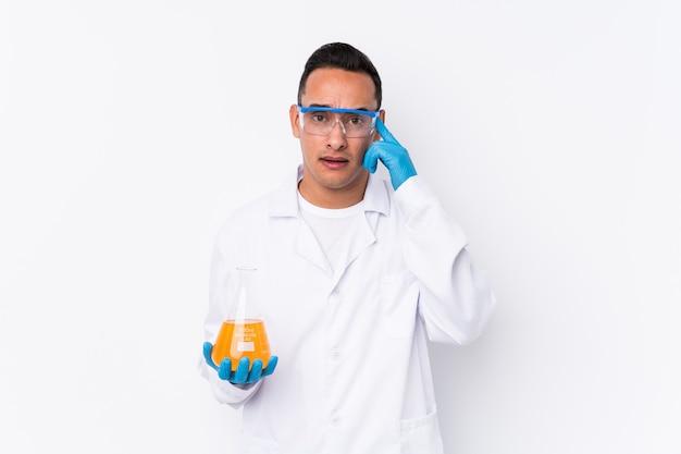 Junger lateinamerikanischer wissenschaftlicher mann isoliert, der eine enttäuschungsgeste mit zeigefinger zeigt.