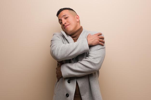 Junger lateinischer geschäftsmann, der eine umarmung gibt