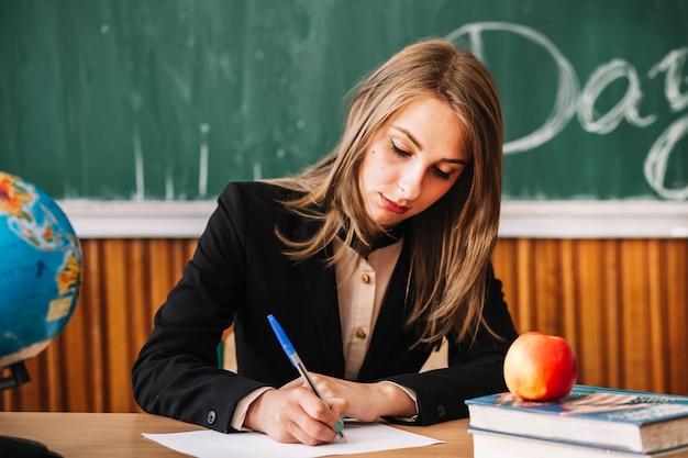 Junger lehrer, der in der klasse arbeitet