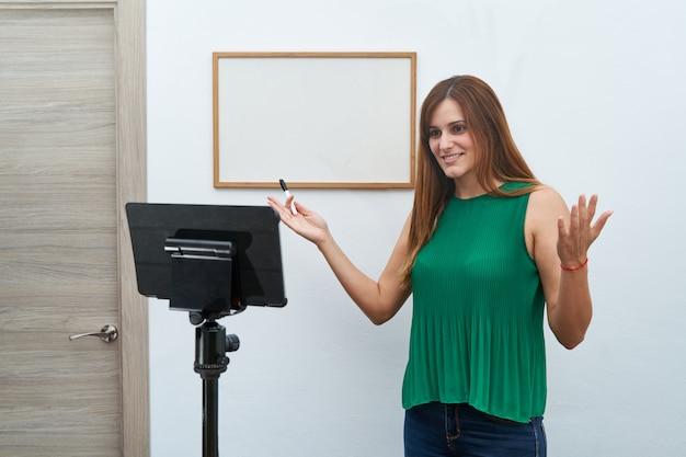 Junger lehrer, der online-klassen zu hause per videoanruf gibt. konzept neuer technologien, studien und online-unterricht.