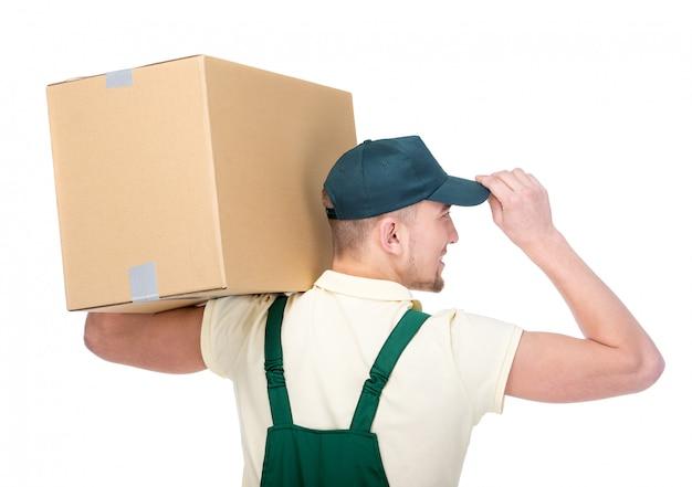 Junger lieferbote hält einen papierkasten.