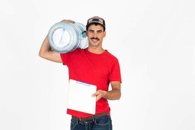Junger lieferbote mit wasserkaraffe