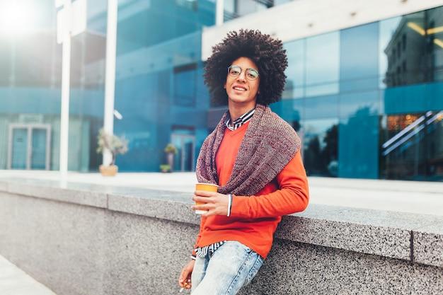 Junger lockiger schwarzer afroamerikanermann
