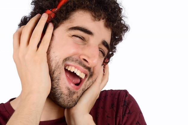 Junger lustiger mann mit kopfhörern