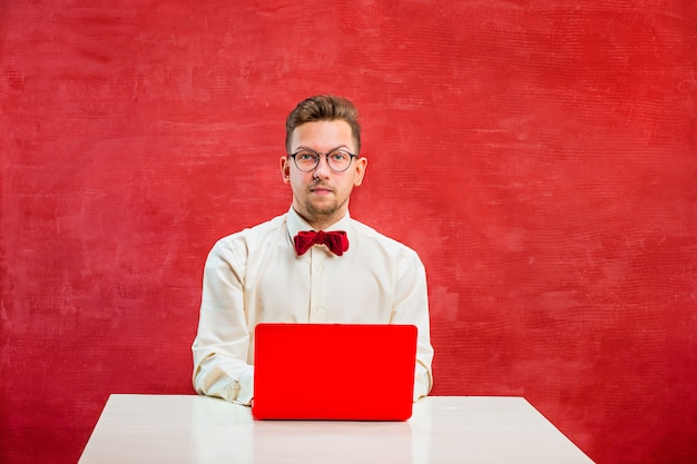 Junger lustiger mann mit laptop