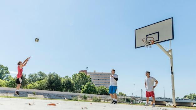 Junger männlicher basketball-spieler, der einen freiwurf nimmt