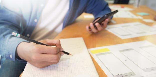 Junger männlicher designer, der an app-entwicklung der website ux arbeitet
