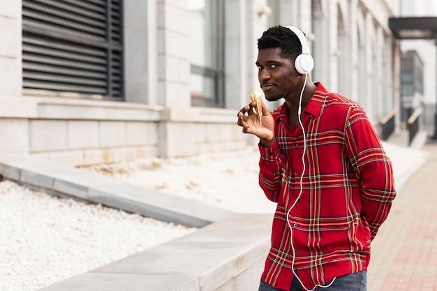 Junger männlicher erwachsener tanzt und hört musik