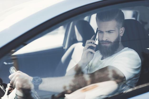 Junger männlicher fahrer im modernen luxusauto