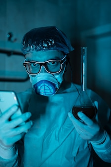 Junger männlicher forscher, der wissenschaftliches experiment durchführt