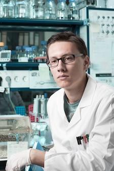 Junger männlicher forscher im labor