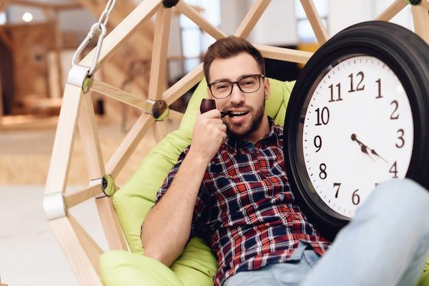 Junger männlicher geschäftsmann in seinem büro. er ist kreativer arbeiter.