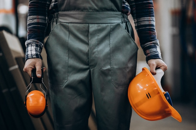 Junger männlicher handwerker mit sicherheitskopfhörern