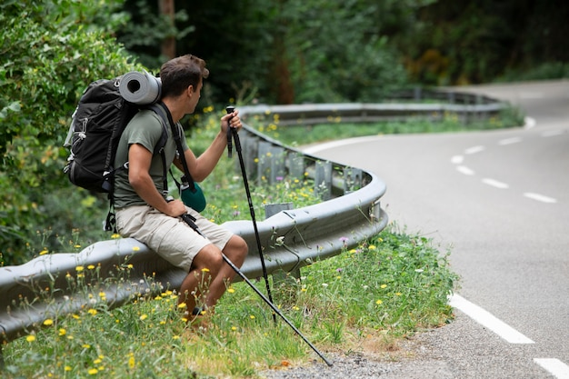 Junger männlicher reisender bereit für eine wanderung