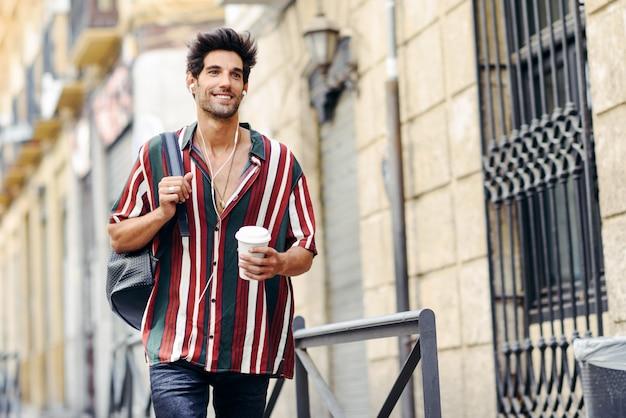 Junger männlicher reisender, der die straßen von granada, spanien genießt.