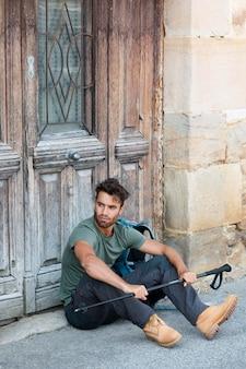 Junger männlicher reisender in alava mit einem wanderstock