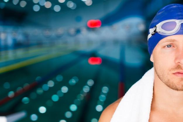 Junger männlicher schwimmer der seitenansicht mit schutzbrillen