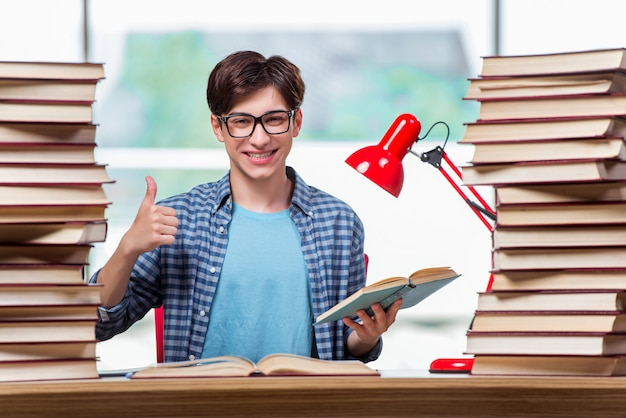 Junger männlicher student, der für highschool prüfungen sich vorbereitet